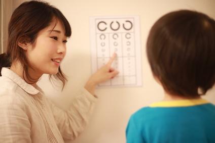 視力検査をする親子